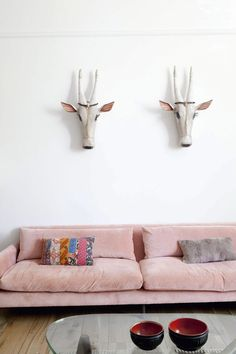 Love the pink couch #couch #intorior