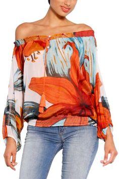 Blusa da donna Desigual modello Rosas della linea Love. Una blusa originale, fresca e colorata, perfetta per la stagione primavera/estate. Puoi indossarla senza spalline, scoprendo solo una spalla...