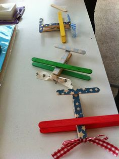 Aviones con pinzas y palitos de helado Popsicle Stick Crafts, Popsicle Sticks, Craft Stick Crafts, Diy Crafts, Diy For Kids, Crafts For Kids, Arts And Crafts, Kids Bookcase, Classroom Crafts