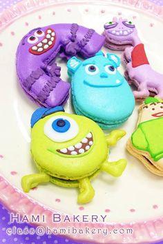Monsters Inc macaroons Macaron Cookies, Iced Cookies, Cute Cookies, Cupcakes, Cupcake Cakes, How To Make Macarons, Making Macarons, Macaron Flavors, Kawaii Dessert