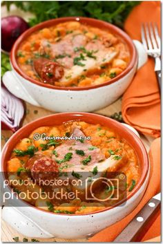 Iahnie de fasole cu ciolan afumat si carnaciori Oriental, Cheeseburger Chowder, Foodies, Paste, Curry, Ethnic Recipes, Crafts, Diy, Decor