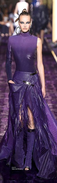 Atelier Versace Fall 2014 Couture ♔ Haute Couture Week Paris Nice mixture of materials and really nice shade of purple Couture Fashion, Runway Fashion, Womens Fashion, Paris Fashion, Beautiful Gowns, Beautiful Outfits, Cooler Look, Atelier Versace, Gianni Versace