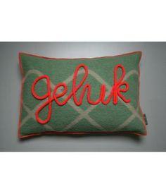 kussen van retro wollen dekens in groen met neon oranje accenten. De hoes is afneembaar en sluit met een knoop. Op de voorkant met gepunnikte letters in neon oranje het woord 'GELUK'. Ik maak ze ook op verzoek met een ander woord of naam erop. Sewing Pillows, What To Make, Home Deco, Diy For Kids, Drink Sleeves, Couture, Neon, Sunglasses Case, Cushions
