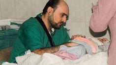 Innalillahi Dokter Anak Aleppo ini Gugur Akibat Serangan Udara Rezim Syiah  Dr. Muhammad Moaz (36) semasa hidupnya mengabdi untuk mengobati para bayi dan anak di Aleppo Suriah. (Foto: BBC)  Syiahindonesia.com - Dr. Muhammad Waseem Moaz (36) satu-satunya dokter anak yang tersisa di Aleppo meninggal dalam serangan udara pada Kamis (28/4/2016). Badan amal Medecins Sans Frontieres mengatakan serangan terhadap rumah sakit Al-Quds telah memakan korban jiwa lebih dri 50 orang termasuk setidaknya…