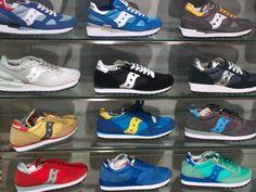 店頭に並ぶサッカニーのスニーカー(16年6月11日撮影)