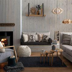 Zithoek met veel warme materialen in grijstinten met hout.