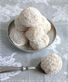 Ingrédients pour environ une dizaine de perles    100 g de farine de riz ( super marché bio ou asiatique )  30 g de sucre en poudre  80 g denoix de cocorapé  1 jaune d'oeuf  3 cuillères à soupe de lait de coco  2 grosses cuillères à soupe de lait concentré sucré