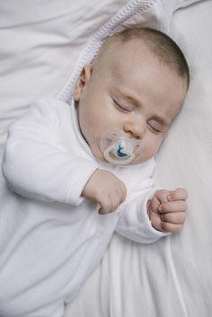 Chupetes Night & Day para bebés de 0 a 6 meses con tetinas anatómicas de silicona y anillas luminiscente sque brillan en la oscuridad.  Tetina anatómica de silicona. De 0 a 6 meses.
