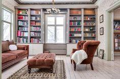 Biblioteket har platsbyggda bokhyllor