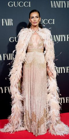 Look of the Day Nieves Alvarez reminded us how breathtaking Elie Saab's designs are in a Haute Couture gown equipped with a matching, feathered cape. Haute Couture Looks, Haute Couture Dresses, Haute Couture Fashion, Feather Cape, Feather Dress, Grammy Fashion, Star Fashion, Elie Saab Couture, High Fashion Dresses
