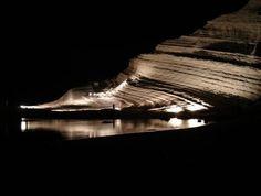 Scala dei turchi vista notturna illuminata  (da notare la similitudine di una prua di una nave affondata)
