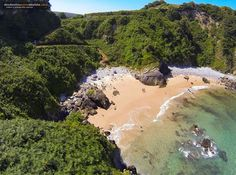 Esta cala que parece sacada de un catálogo de viajes de algún rincón del Caribe está en Cantabria. Es la playa de El Aramal en Pechón y nos la acerca desde otro punto de vista el dron de Fernando M…