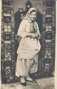 yingce: Turkish women from a village, east Anatolia Old Pictures, Old Photos, Vintage Photographs, Vintage Photos, Women In Iran, Istanbul, Hawaiian Woman, Turkish People, Religion