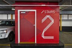 Sinalização The Strand Trabalhando em colaboração com o Studio 505 e o Grupo Buchan, o escritório alemão Büro Norte concluiu recentemente o projeto da identidade Visual, do posicionamento da marca e da sinalização para o centro comercial The Strand na cidade australiana Melbourne.