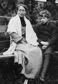 Constance Clara Garnett by unknown photographer, 1903 with her son… English Writers, English Literature, Clive Bell, Dora Carrington, Leonard Woolf, Maynard Keynes, Duncan Grant, Vanessa Bell, Bloomsbury Group