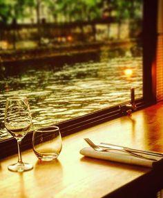 Sweet new péniche for oysters! Une péniche sur les quais de Seine au coeur de paris, le lieu idéal pour boire un coup ou venir déguster au restaurant des produit issus de la mer.
