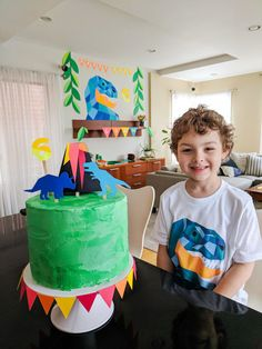 Easy DIY dinosaur cake (with free printable cake toppers). See how to make this simple dino cake - put a candle in the middle of the volcano and make a wish! Dinosaur Cake Easy, Dinosaur Cakes For Boys, Dinosaur Party Games, Dinosaur Party Decorations, Dino Cake, Dinosaur Birthday Cakes, Birthday Party Decorations Diy, Birthday Diy, Cake Birthday