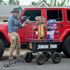 I may have to go find some small children and do these costumes& The post Jurassic Park Family Costumes! & Kinder Kostüme appeared first on Halloween costumes . Holidays Halloween, Halloween Kids, Halloween Party, Couple Halloween, Halloween 2019, Cute Halloween Costumes, Halloween Decorations, Funny Family Costumes, Stroller Halloween Costumes