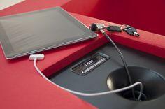 Detalle de sillón i-Dai de Quinze & Milan que permite cargar tu móvil, ordenador o iPad  para combinar #diseño #interiorismo #tecnología