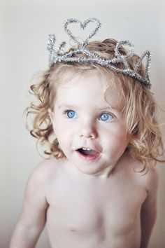 Easy, cheap and fun project with kids: Pipe-cleaner crowns via Love This Crazy Life