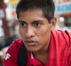 Cuarenta y tres estudiantes varones de la Raúl Burgos Maestros Rurales College en Ayotzinapa, Guerrero fueron desaparecidos el 26 de septiembre de 2014 a manos de la policía local que trabajan en conjunto con los traficantes de drogas.  Como testigo sobrevivir a los acontecimientos de esa noche, Ernesto Guerrero Cano, de 23 años, estudiante de primer año, estaba en uno de los autobuses que los estudiantes habían requisado para las necesidades de transporte posteriores y que fue atacado por…