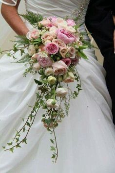 Love the pastel pink shade and also the sweet shape of this delicate bridal bouquet!
