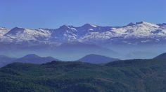 SIERRA NEVADA   De machtige pieken die het hart vormen van de Sierra Nevada, vanuit het noorden bezien: Alcazaba, Mulhacén en La Veleta (vlnr). De Mulhacén is met 3.482 de hoogste berg op het vasteland van Spanje. Op de noordwesthellingen (rechts) van La Veleta bevindt zich het skigebied (3.398) Sol y Nieve.