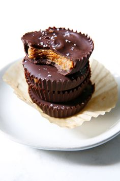 Almond Butter Cups are like the healthier cousin to the beloved store-bought peanut butter cups. Making them at home is easy with good-for-you ingredients! Easy Chocolate Desserts, Chocolate Treats, Homemade Chocolate, Easy Desserts, Paleo Chocolate, Paleo Dessert, Healthy Dessert Recipes, Healthy Treats, Dark Chocolate Almonds
