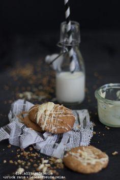 Cookies mit weißer Schokolade und Haselnusscrunch * It's Keks-o'clock *  | diealltagsfeierin.de Chicken Nuggets, Glass Of Milk, White Chocolate, Biscuits, Kuchen, Crumble Recipe, Sprinkles, Wrapping Gifts