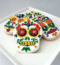 Day of the Dead Sugar skull cookies are creepy, delicious and most of all remind us with all our loved ones who have passed. Cupcake Cookies, Sugar Cookies, Fancy Cookies, Sweet Cookies, Birthday Cookies, Bar Mexicano, Gross Halloween Foods, Mexican Halloween, Halloween Dishes