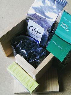 Pindakaashuisje pakket bestaande uit een pindakaaspothouder, koffie, thee, snoep en zeepje gemaakt voor vrijwilligers van een muziekvereniging.