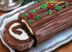 Fast and Easy Christmas Yule Log Cake - Country Recipes Style country chocolat mariage cake cake country cake recipes cake simple cake vintage Holiday Baking, Christmas Desserts, Christmas Baking, Holiday Treats, Holiday Recipes, Christmas Log Recipes, Chocolate Yule Log Recipe, Chocolate Roll Cake, Chocolate Recipes