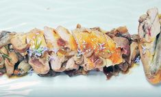 Direttamente da Poppi, Toscana, il petto di faraona con pancetta e funghi porcini: ecco il video con gli ingredienti e il procedimento della ricetta!