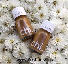 Ringana CHI_ 🌱Mit Maca-Wurzel und Koffein aus der grünen (ungerösteten) Kaffeebohne ein gesunder und verträglicher Muntermacher 🌱 Mit 1 Flasche Chi_ bin ich 3-4 Stunden wach und konzentriert 🌱 Ein kleiner Schluck Chi_ vorm Essen regt die Magensäure-Produktion an und hilft bei der Verdauung 🌱Der Ingwer im Chi_ wärmt von Innen. Super in der feuchtkalten Jahreszeit! 🌱 Pur oder mit Wasser verdünnt, oder wie einen Tee warm geniessen (aber nicht zu heiß aufgießen, damit die Vitamine erhalten… Starbucks Iced Coffee, Coffee Bottle, Super, Vegan, Drinks, Food, Coffee Beans, Flasks, Water