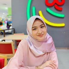 🤷🏻♀️ This pretty bawal is from 😍😍😍 Beautiful Girl Image, Beautiful Hijab, Casual Hijab Outfit, Hijab Tutorial, Rich Kids, Girl Hijab, Muslim Women, Fashion 2020, Girl Crushes