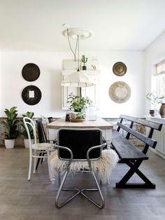 Matrummet är ljust och luftigt och har plats för många matgäster. Det gedigna bordet har Mikael tillverkat av antika bordsben och med golvplankor som bordsskiva. Lampan är från 1920-talet.