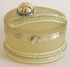 Off White Oval Shaped Jewelry Box Decorated with Ribbon (Glass))