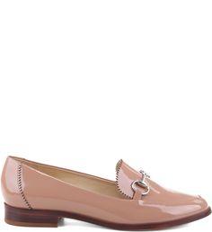 O sapato mocassim saiu do closet masculino para conquistar mulheres estilosas e que adoram peças inovadoras. Clássicos, com pegada retrô, eles garantem visuais charmosos que transitam de dia e de noi
