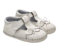These baby and toddler girls soft soled shoes feature super soft leather uppers and all leather linings for all day comfort.