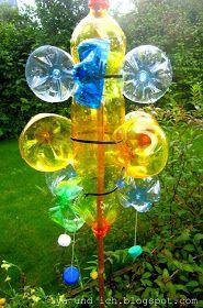 ...damit hab ich mich im Urlaub beschäftigt:)           aus unseren leeren Plastikflaschen wurden bunte Windspiele   (davon gab´s diesen ...