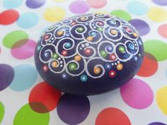 Dot painted stone colorful por ArtAndBeing en Etsy