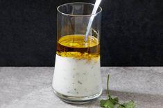 Een echte klassieke yoghurtdressing met mosterd en kruiden. Lekker fris! - Recept - Allerhande