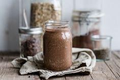 Ein Rezept für einen sättigenden Frühstücksdrink. Der Kakao-Erdnussbutter-Smoothie besteht nur aus gesunden Zutaten und ist trotzdem sehr lecker.