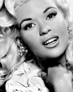 Jayne Mansfield in de film Kiss Them For Me (1957)