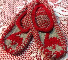 newfoundland knitting patterns for slippers Knitted Slippers, Knit Mittens, Knitted Hats, Hand Knitting, Knitting Patterns, Crochet Patterns, Knitting Ideas, Crochet Ideas, Yarn Inspiration