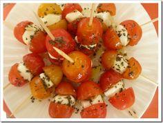 Brochetas con tomate y queso