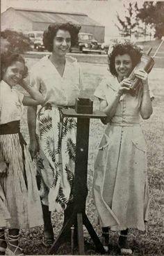 Tres jóvenes puertorriqueñas posan para foto en la Base Naval de Isla Grande. San Juan, Puerto Rico. 1950.