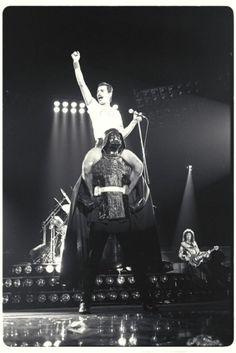 La inexplicable foto de Freddie Mercury montado sobre Darth Vader