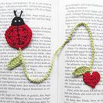 Crochet marqué page coccinelle Crochet Bookmark Pattern, Crochet Bookmarks, Crochet Books, Love Crochet, Crochet Gifts, Crochet Yarn, Crochet Flowers, Yarn Projects, Crochet Projects