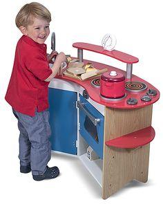La Cook's Corner Wooden Kitchen de @melissaanddoug tiene todo lo que un pequeño chef necesita. Lavabo removible, estufa de 3 hornillas, horno con perillas, refrigerador, repisas de almacenamiento, 'tabla para picar' y un temporizador real. Edades: 3+ #jugandoyeducando